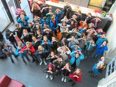 Biesenberger Stiftung, Gymnasium am Rosenberg, Kennenlerntage, Gruppe von Jugendlichen, blicken in Kamera, von oben Fotografiert